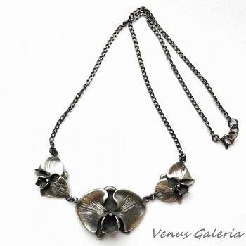 Elegancki naszyjnk wykonany ze srebra, przedstawiający trzy orchidee połączone i zawieszone na łańcuszku.Wymiary orchideii: 2,1 cm na 1,5 cm oraz większej 3,5 cm na 2,5 cm.Waga naszyjnika :13,2 gr.Naszyjnik wykończony oksydą w kolorze szarym.Do naszyjnika polecamy bransoletkę oraz kolczyki do kompletu.