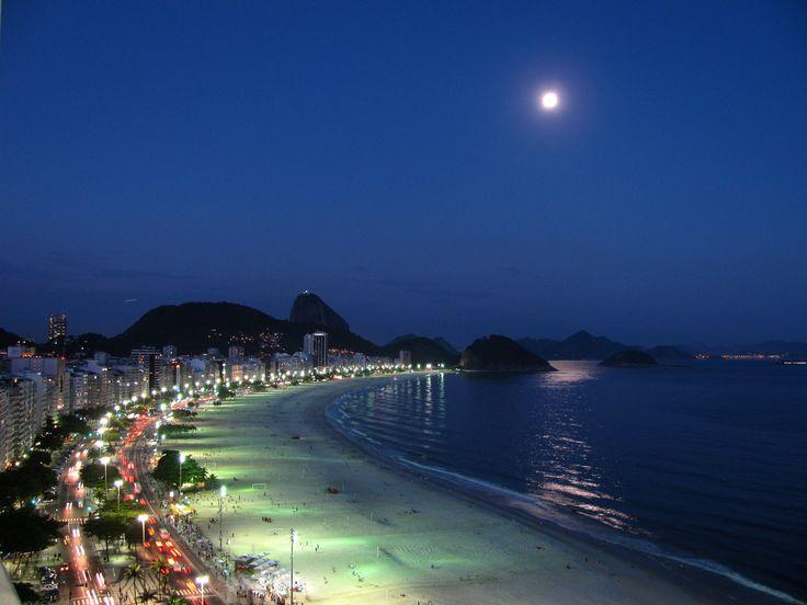https://flic.kr/p/bvxFdn | Luna llena en Río de Janeiro | Río de Janeiro es una de las ciudades más hermosas del mundo. En esta fotografía se pueden distinguir las formas del morro Pan de Azucar y algunas islas, las arenas blancas de Playa Copacabana y los autos que circulan por Avenida Atlántica. Sobre este escenario se levanta la luna llena, proyectando un haz de luz en el océano.  Lee mis crónicas de Río de Janeiro:  Copacabana Ipanema Pan de Azúcar Lapa Cristo Redentor   Visita mis…