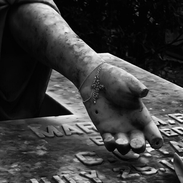 Helping hand / #cemeteryprints #cemetery #cemeterybeauty #sorrow #pain #death #life #cemeteryscape #graveyardglory #graver #rip #mementomori #heaven #cemeterylovers #igdaily #ighub #igdungeon #instapic #instagramhub #photooftheday #hand #statueoftheday #bonaventure #savannah #georgia #gothic #cross #jewelry #angel