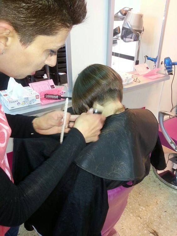Coupe De Cheveux Longs Dans Le Salon De Coiffure