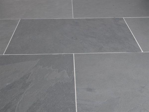 Stenen tegelvloer Voordelen: slijtvast, goed schoon te maken, lange levensduur. Nadelen: vrij duur in aanschaf, kan zorgen voor geluidshinder.