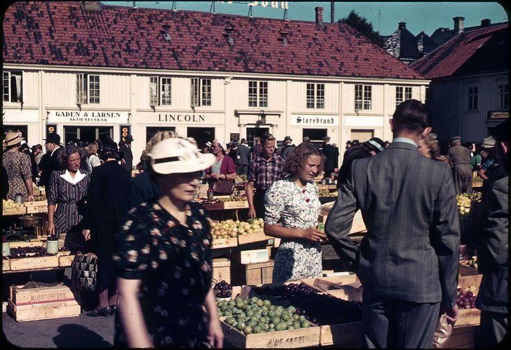 Salg av frukt og grønt på Torget i Trondheim  Per Renbjør begynte tidlig å eksprimentere med fargefoto. Dette er tatt mellom 1937 eller 1939.  Foto: Per Renbjør