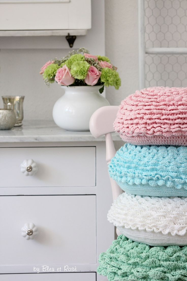 29 best crochet pillows images on pinterest knit stitches bees round crochet cushion bankloansurffo Image collections