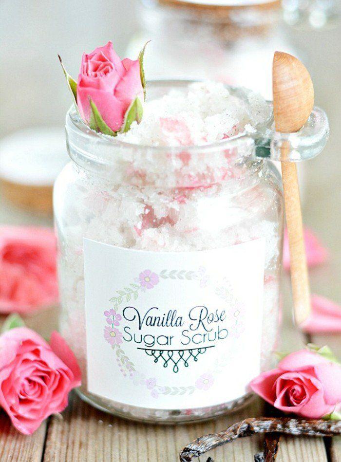 decoration bocal en verre, petite cuillère en bois, roses fraîches