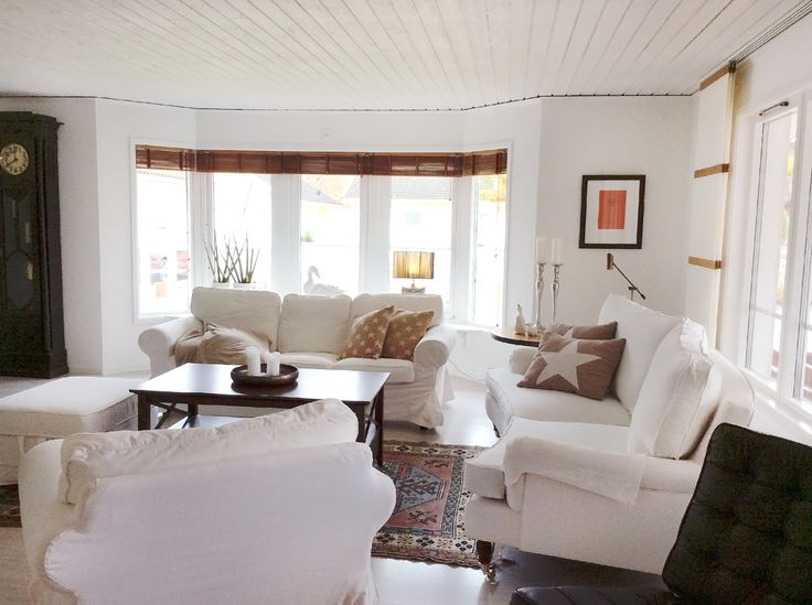 Vardagsrum med burspråk och träpanel i tak känns ombonat
