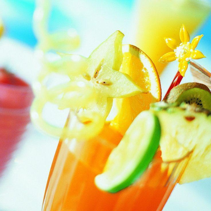 Ингредиенты:  30 мл малинового пюре 30 мл грейпфрутового сока 30 мл ананасового сока 60 гр щербета 30 мл лимонада лёд в кубиках  гарнир:  фрукты соломинка  Приготовление: Смешать все