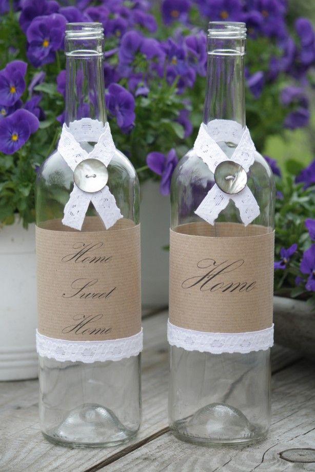 Wijnflessen opgepimpt met tekst en lint.