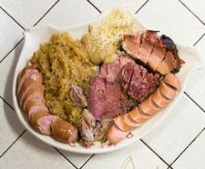 BOLLITI CON CRAUTI Misto di porcina (spalla di maiale), carrè affumicato, pancetta, lingua, testina, salsicce di Vienna e di Cragno servite con crauti e kren.