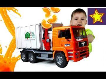 Машинка Мусоровоз делает апельсиновый сок Пробуем сок из мусоровоза! Video for children http://video-kid.com/20834-mashinka-musorovoz-delaet-apelsinovyi-sok-probuem-sok-iz-musorovoza-video-for-children.html  Привет, ребята! В этой серии Игорюша делает апельсиновый сок с помощью машинки мусоровоза Брудер. С одной стороны контейнера кидаем апельсиновые дольки, а с другой получаем сок. Kids fun play******************************************************Спасибо большое за просмотр, нашего…