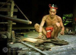 shaman-preparing-poison-arrows_mentawai_siberut-island_sumatran-trails-001
