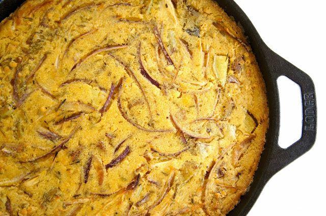 Un piatto semplice e nutriente, la farifrittata di cipolle e rosmarino.