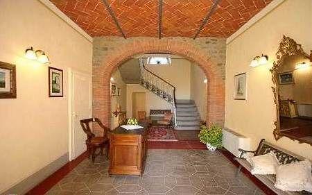 A piano terra ampio ingresso  con grande scalinata e salone. Grandi saloni per ricevimenti e cucina professionale
