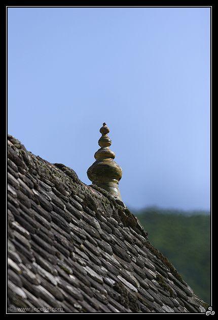 Epis de faitage sur une toiture en lauze en Auvergne, Cantal (15)