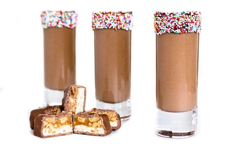 Ein Rezept für leckeren Snickers Likör zum selber machen. Aus nur wenigen Zutaten könnt ihr den leckeren Likör herstellen. Zutaten: 4 Schokoriegel Snickers...