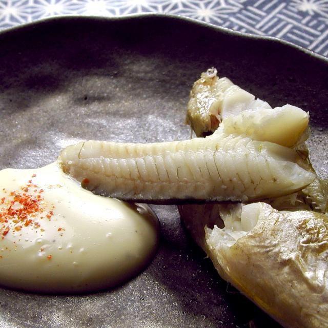 みなさん、氷下魚(コマイ)という魚は御存知ですか?主に北海道で獲れる魚ですが、味が濃く非常に美味しいです。色々な料理方法がありますが、やっぱり一夜干しを炙ってマヨネーズと一味唐辛子が一番美味しい食べ方だと思います。ぜひ旬の味をお楽しみ下さい。 楽天市場で賞を数多く受賞されている人気ショップ「厳選!北海道グルメ かに匠」から「根室産 氷下魚(コマイ)の一夜干し 500g(13尾程度)」980円のご紹介でした。 - 75件のもぐもぐ - 根室産 氷下魚(コマイ)の一夜干し(厳選!北海道グルメ かに匠) by 楽天市場のグルメ
