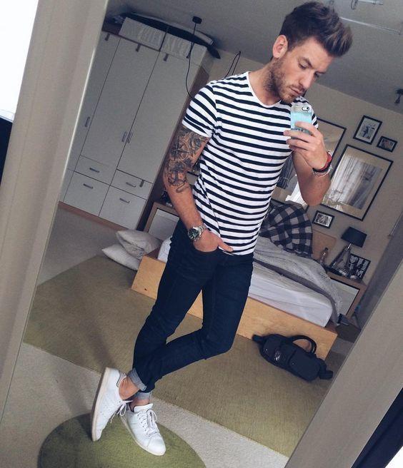 Look de moda Camiseta con Cuello Circular de Rayas Horizontales en Blanco  y Negro, Vaqueros Pitillo Azul Marino, Zapatillas Plimsoll Blancas,