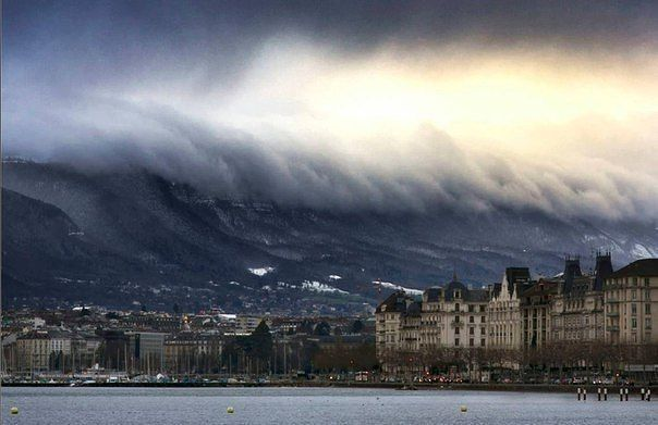 Оптическая иллюзия - горы и облака выглядят как цунами, Женева, Швейцария
