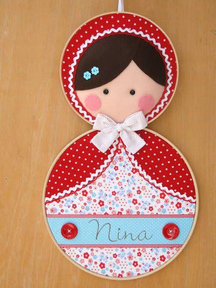 Quadro para maternidade tema Matrioska  Mede aproximadamente 56 cm de altura, feito em bastidores, tecidos de algodão, feltro, decorados com sianinhas e botões e personalizado com o nome do bebê