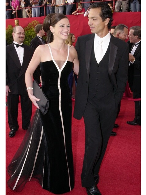 Best Actress Julia Roberts (with then-boyfriend Benjamin Bratt) in a vintage Valentino gown at the 2001 Oscars.