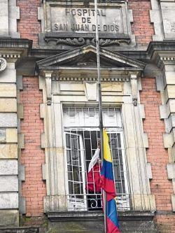 Una bandera de Colombia adorna la fachada del hospital.