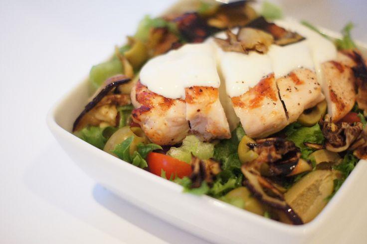 Gresk salat med kylling, fetakrem og auberginecrisp