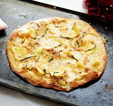 Pizza bianca, eller vit pizza är helt enkelt en pizza utan tomatsås. Toppingen består istället av krämig ost som sakta får smälta i ugnen. Toppa gärna din pizza bianca med tryffelolja för en extra smaksensation.
