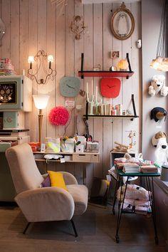 Mes 5 boutiques de déco préférées à Paris - FrenchyFancy Objets vintage ou de créateurs, design contemporain : dans cette petite boutique, tout se mêle et s'entre-mêle pour une atmosphère unique et bourrée d'authenticité. En plus, les ambiances changent au fil des trouvailles et des saisons ! L'atelier de Pablo – 34 rue d'Hauteville 75010 Paris