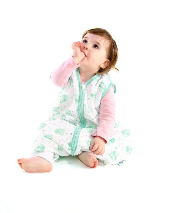 Unser Musselin Schlafsack mit Füßen für Jungs und Mädchen ist aus weißer 100%iger Baumwolle und mit Eulen bedruckt und farblich passendem Saum eingefasst.