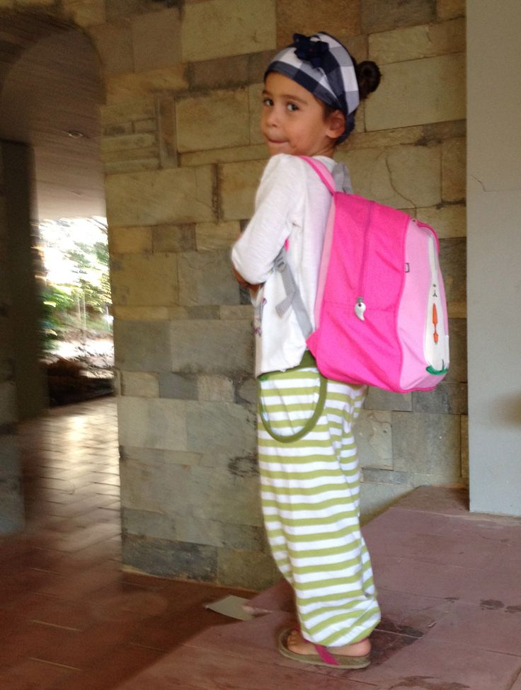 H Άρτεμις έτοιμη για το σχολείο παρέα με το κουνελάκι της!