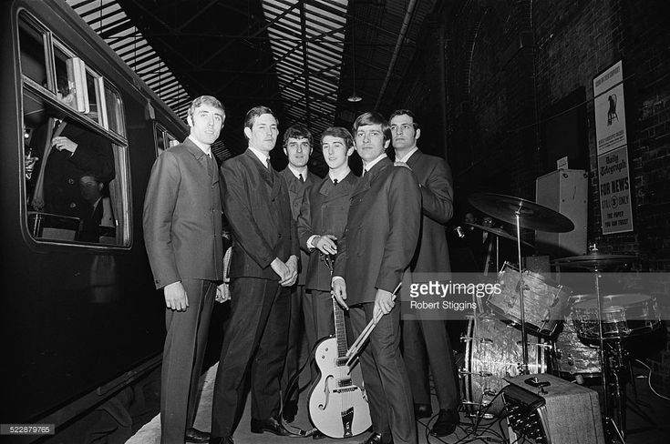 Clint Warwick, David Skinner, Ray Thomas, Denny Laine, Graeme Edge, Mike Pinder. (Photo by Robert Stiggins/Daily Express/Hulton Archive/Getty Images)