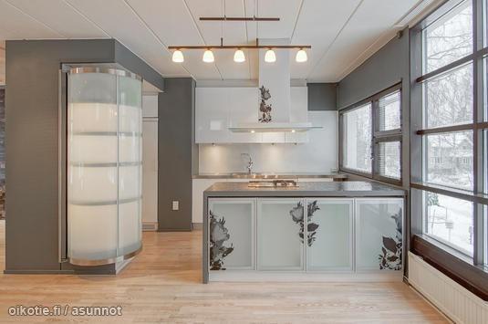 Kitchen with floral decorations / Kukkakuvioilla koristeltu keittiö