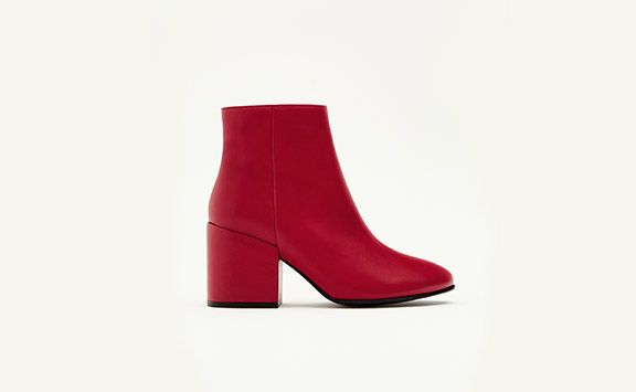 Las sandalias planas de mujer + casual de REBAJAS en PULL&BEAR: yutes y sandalias planas negras, blancas, doradas o marrones. ¡Envío gratuito a tienda!
