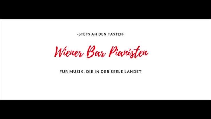 Ein Barpianist spielt im Hintergrund live Klavier. Besonders berühmt ist Wien als Geburtsstadt der Musik. Hier gibt es besonders viele Barpianisten. Die Männer sind professionelle Pianisten und spielen live Piano in den Bars und Restaurants in Wien. Geh' doch mal ins Hotel Imperial und besuche Thomas Pleidl. Hier eine Hörkostprobe: http://spoti.fi/2DvMn7C