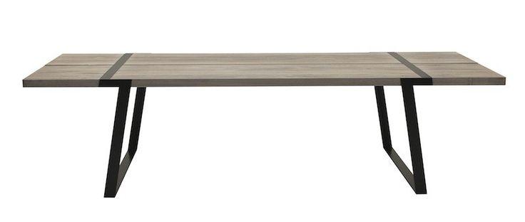 Rustic Spisebord - Virkelig flot og rustikt spisebord, som kombinerer det rå look med det moderne. Bordet består af to solide planker i massiv hvid olieret eg og stellet er i sortmalet stål, som er tværgående på oversiden af bordkanten. Dette fantastiske spisebord vil passe ind i både det højmoderne hjem og det mere klassiske hjem, hvilket blot understreger alsidigheden i dette bord, som vil kunne holde i rigtig mange år og stilskift.