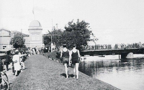 E que tal essa galera mergulhando no Tietê, em 1926, onde hoje fica a Ponte das Bandeiras? (Foto: Acervo Fundação Energia e Saneamento)