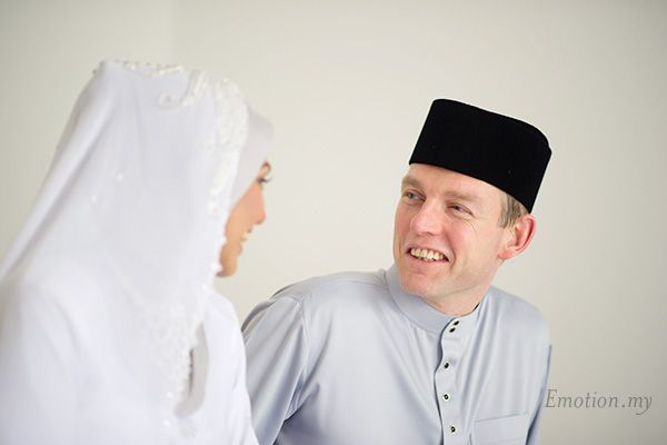 Malay Wedding Akad Nikah Ceremony: Magnus + Sham http://www.emotioninpictures.com/malay-wedding-akad-nikah-ceremony-magnus-sham