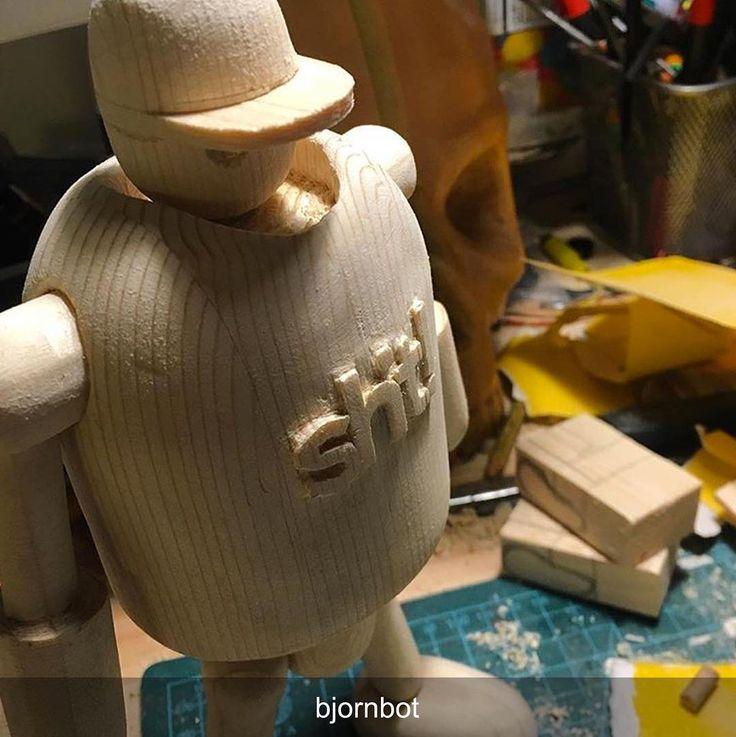 Damn thats rad Björn!  #Repost @bjornbot Jag är ambassadör för klädmärket #dwbtoftshit. Jag känner dock att jag gjort ett ganska dåligt jobb det senaste året. Eftersom jag bara täljer numera så kändes det rimligt att det mitt nya täljprojekt dedikerades till dwbtoftshit! Länk till webbshop finns i min profil #tälja #slöjd #woodworking #woodcarving #woodrobot #trärobot #snapback