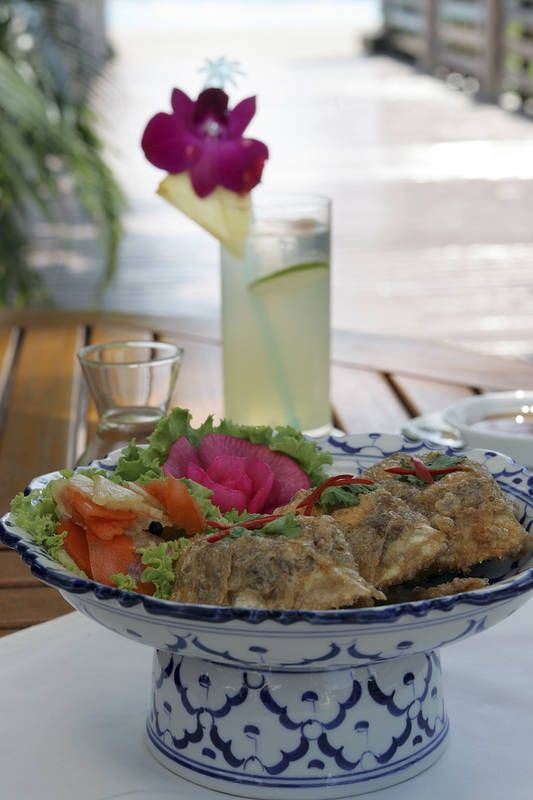 Lounas thaimaalaiseen tapaan kauniisti tarjoiltuna. #Thailand #Aurinkomatkat