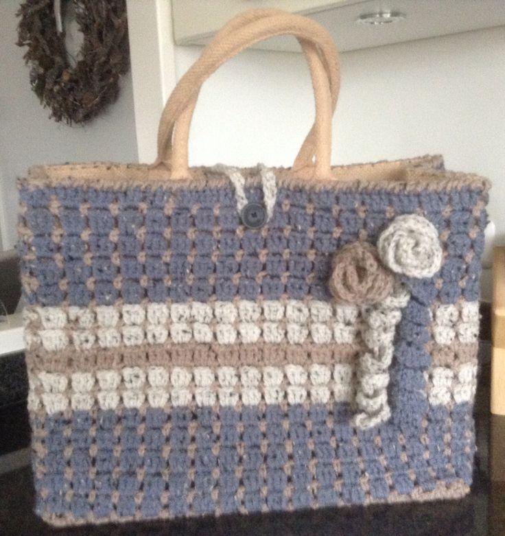 Deze AH tas heb ik omgehaakt met Zeeman wol. Volgens patroon wat ik via deze link heb gemaakt. Gezellig om te doen en snel klaar.  http://www.gerika.nl/wp-content/uploads/2014/09/patroon_sas-tas1.pdf  tas gemaakt door Karen de Folter voor mijn dochter Lynn.