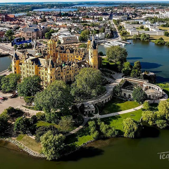 Blick Uber Das Schweriner Schloss Und Altstadt Schwerinerschloss Schlossinsel Schloss Schwerin Life Pins Blick Uber Das Schweriner Sc Travel Outdoor Life