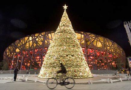 As pessoas montam árvores e a decoram com flores e lanterninhas. Já as crianças penduram meias na sala e ficam esperando o Dun Che Lao Ren - que significa o Homem Velho do Natal, em chinês. Já em Hong Kong, o Natal é chamado de Ta Chiu - que é uma cerimônia de renovação e paz. Muito ligados ao simbolismo, é uma tradição que se queime uma lista com o nome dos moradores da região para que o papel chegue até o céu.