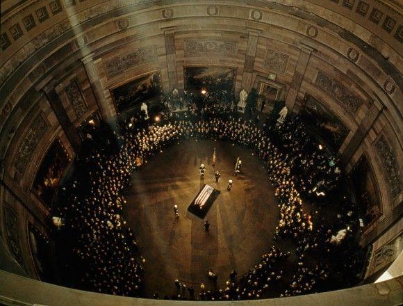 暗殺されたジョン・F・ケネディーの棺(米議会議事堂)