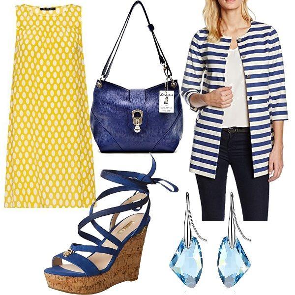 Outfit che si ispira ai sixties caratterizzato da abito ad A colore giallo a fantasia, soprabito con maniche a 3/4 a righe bianche e blu, zeppe in sughero colore blu, borsa a spalla blu e infine orecchini acquamarina.