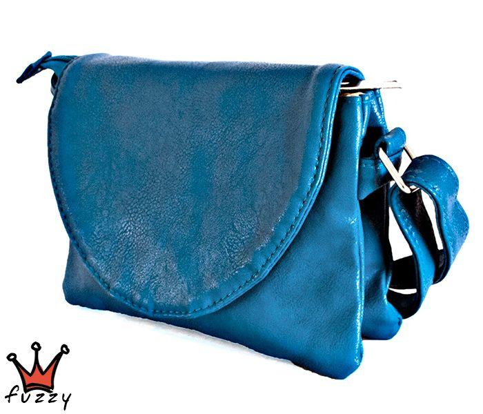 Τσάντα γυναικεία σε μπλε χρώμα, απομίμηση δέρμα, με πέντε θήκες εσωτερικά και μία εξωτερική με φερμουάρ. Μαγνητικό κούμπωμα και λουράκι ώμου. Διαστάσεις 19x5x16 εκ.