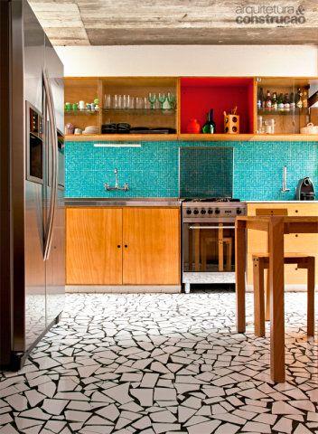 """A memória da casa da mãe motivou o arquiteto Cícero Ferraz Cruz a reformar o chão de sua cozinha com caquinhos. """"É um piso barato e antiderrapante. As cerâmicas de 15 x 15 cm são quebradas na obra, e os segredos estão no rejunte"""", detalha."""