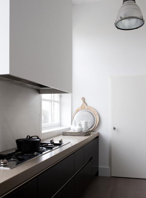 strakke keuken met smalle en brede kookplaat