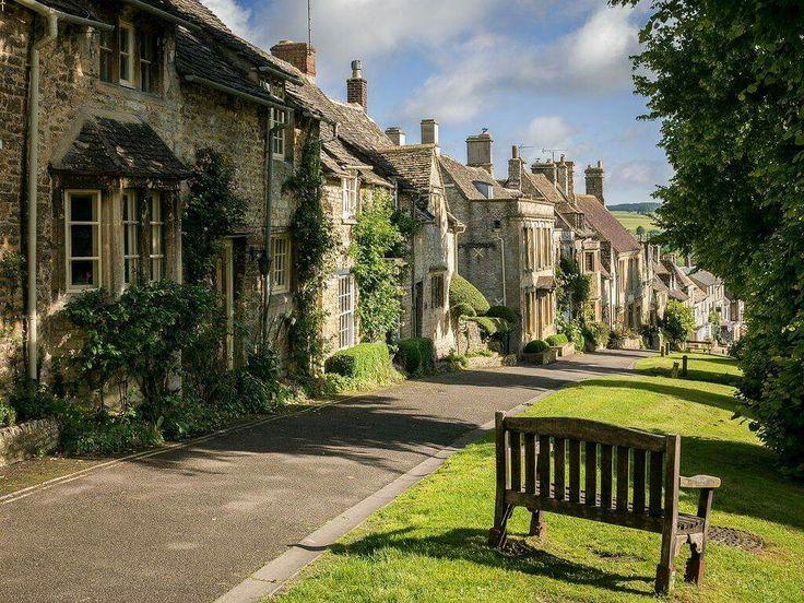 Burford, the Cotswolds, Oxfordshire, England.  Photo credit: Bob Radlinski