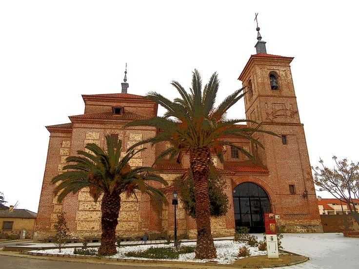 Iglesia de Santo Tomas Cantuariense. Hubo ya una iglesia católica en época visigoda. Tras la reconquista de Alcabón en 1085 se reconstruyó esta. En 1179 se construye una nueva dedicada al santo ingles. En 1482 tras la donación de Alcabón al comendador Gutierre de Cárdenas se construye otra, reemplazada en 1645 por la actual