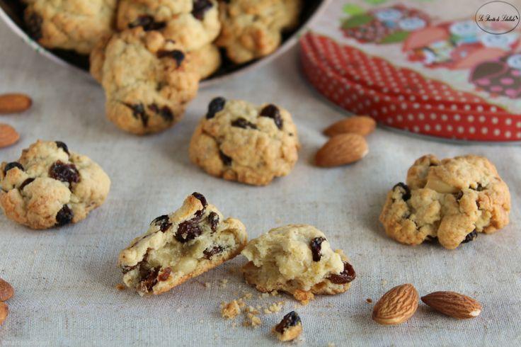 Dei friabili biscotti alle mandorle e uvetta ideali per la colazione, o la merenda, di tutta la famiglia.