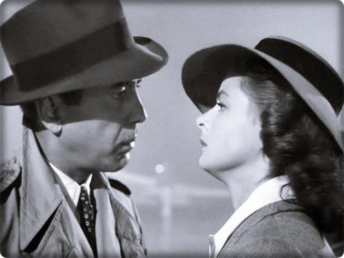 O clássico Casablanca (1942) é ambientado na cidade marroquinha de Casablanca, que é rota obrigatória de quem está fugindo dos nazistas na Segunda Guerra Mundial. É lá que Rick Blaine (Humphrey Bogart) cuida de um night club e ajuda fugitivos de guerra, apesar da pressão a favor dos alemães. No mesmo local ele reencontra Ilsa (Ingrid Bergman), sua ex-amante que partiu seu coração. Ela agora está com o marido, Victor (Paul Henreid), um homem da resistência francesa que precisa da ajuda de…